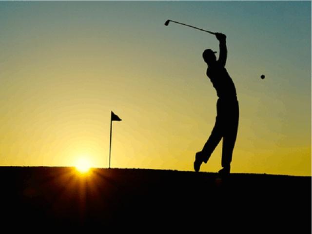 Golfspelare i solnedgång